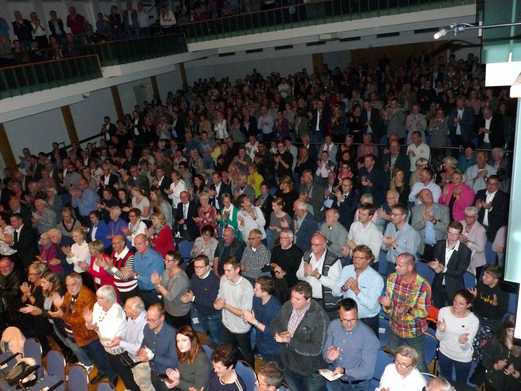 Die Zuhörer dankten dem Musikkorps der Bundeswehr in der ausverkauften Olper Stadthalle mit stehenden Ovationen für einen Konzertabend der Extraklasse. Foto: mari