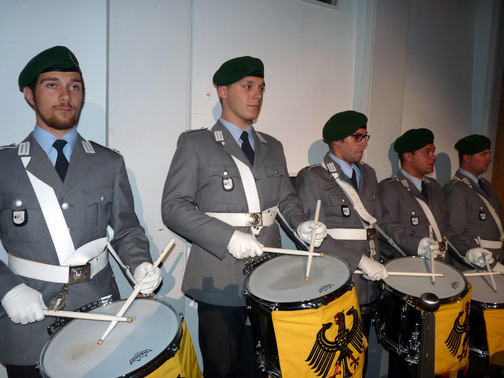 Für die Darbietung der von Alexander Reuber komponierten Trailermusik kam extra eine Trommlerformation des Spielmannszuges der Bundeswehr nach Olpe. Foto: mari