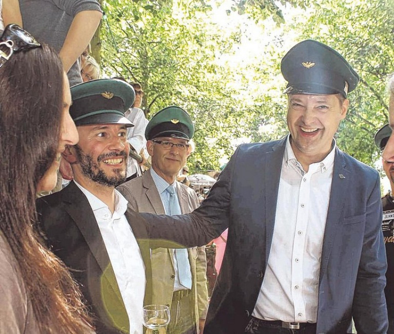 Bürgermeister Peter Weber (r.) gratulierte dem neuen Schützenkönig gern. Es ist sein erster Einsatz als Bürgermeister beim Hochfest der Olper. Foto: hobö