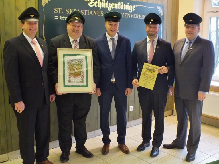 Major Peter Liese, Leutnant Thomas Hardenacke, Schützenkönig Rainer Brüser, Leutnant Sebastian Reither und Hauptmann Holger Harnischmacher (vlnr.)