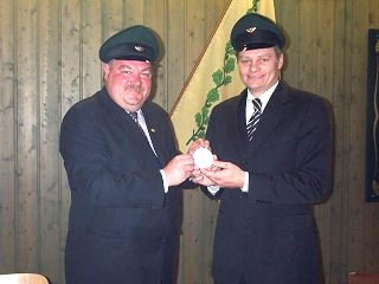 Ordensübergabe 2002 - Major Paul Imhäuser & Schützenkönig André Rumpff