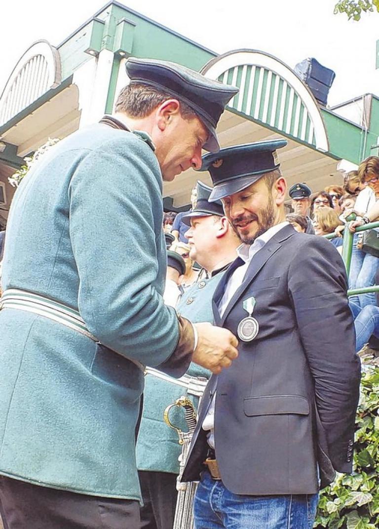 Peter Liese steckte nach der Proklamation dem neuen Regenten den Königsorden an. Foto: win