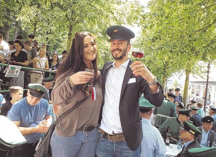 Das neue Regentenpaar der Olper St.-Sebastianus-Schützen: Nicole Menne und Stephan Neuhaus. Auf den Tischen unter den Linden feierten sie bei Rotwein und Hochsommerwetter den Beginn ihres Königsjahrs. Foto: win