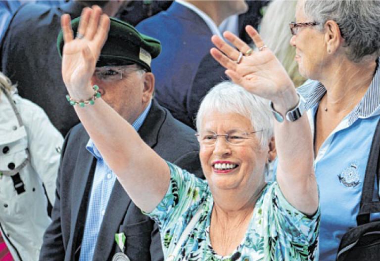 Auch die Mutter des neuen Schützenkönigs, Elisabeth Neuhaus, freut sich über den siegreichen Treffer. Foto: Nicole Voss