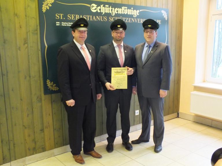 Major Peter Liese und Hauptmann Holger Harnischmacher begrüßen Leutnant Sebastian Reither im Vorstand