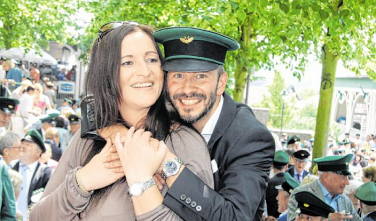 Stephan Neuhaus freut sich mit Königin Nicole Menne über die gerade errungene Regentschaft. Foto: Nicole Voss