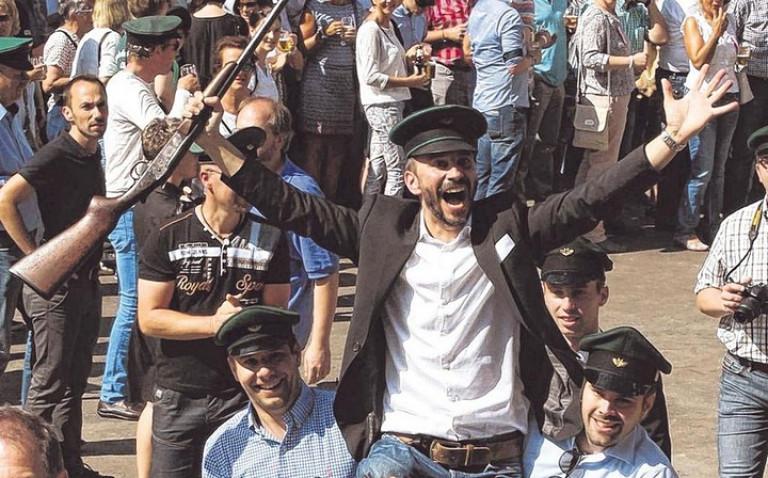 Auf den Schultern seiner Kameraden wurde der neue Schützenkönig unter die Linden getragen. Foto: hobö