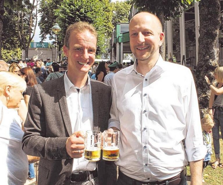 Die Bürgermeister der beiden Nachbarkommunen, Bernd Clemens aus Wenden (l.) und Uli Berghof aus Drolshagen (r.), hatten ihre Freude beim Olper Schützenfest. Foto: hobö