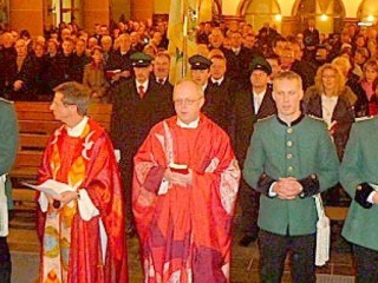 Junge Leutnante des Olper Schützenvorstands dienten die Sebastianusmesse, die von Pfarrer Clemens Steiling und Dechant Friedhelm Rüsche zelebriert wurden
