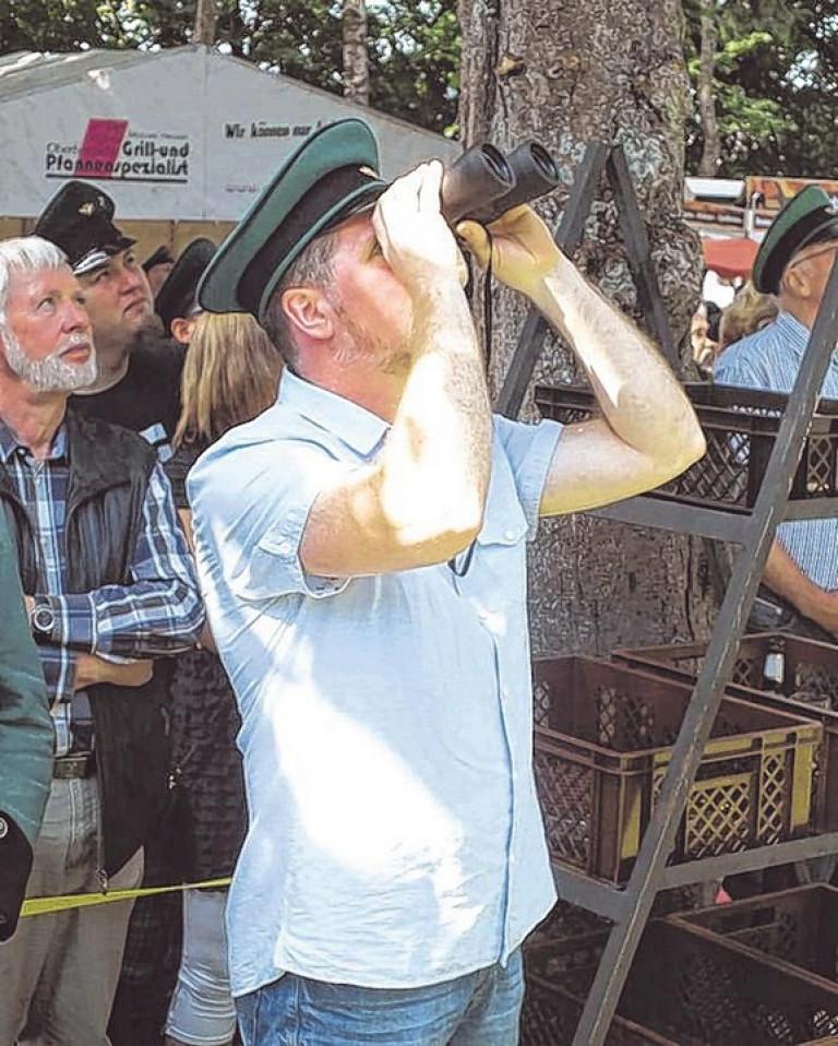 Bernd Häner verfolgte, wie der von ihm gebaute Vogel zerlegt wurde. Foto: win