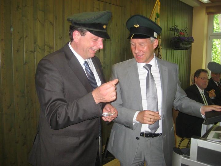 (v.l.) Major Peter Liese, Schuetzenkoenig Christian Reissner
