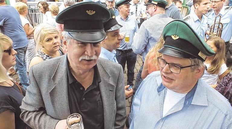 """Möglicherweise der Gast mit der weitesten Anreise. Pater Hugo Scheer (l.), """"Ölper Junge"""" aus Vitoria in Brasilien, hier mit Wolfgang Hesse. Foto: win"""