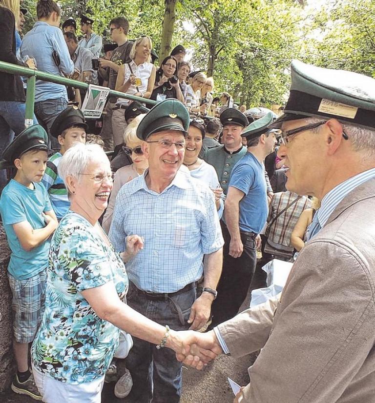 Markus Arens (r.), Schützenkönig von 1992, gratulierte den Eltern des neuen Regenten, Elisabeth und Franz-Josef Neuhaus. Foto: win