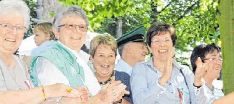Das neue Olper Königspaar lässt sich bei Sonnenschein von den Schützenschwestern und -brüdern feiern. Foto: Nicole Voss