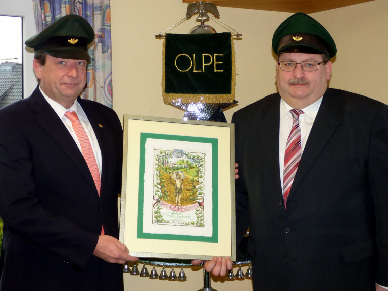 Nach mehr als 25 Jahren Vorstandstätigkeit im Olper Schützenverein verabschiedete Major Peter Liese (l.) den verdienten Leutnant Thomas Hardenacke.
