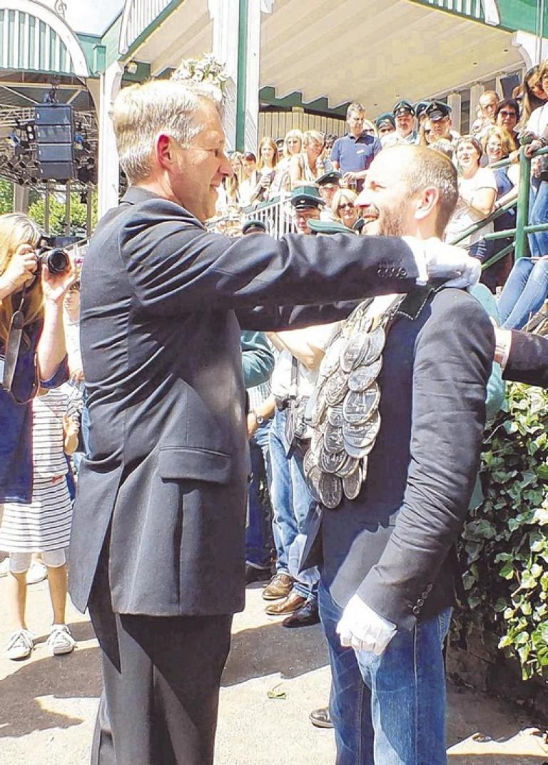 Christian Reißner (l.) gehört nun zu den Alten Königen. Er gab die Königskette mit Dankesworten an seinen Nachfolger weiter. Foto: win