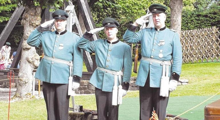 Thomas Hengstebeck, Christian Wacker und Frank Clemens (v. l.) salutierten, während vor dem Schießen die deutsche Nationalhymne gespielt wurde. Foto: hobö